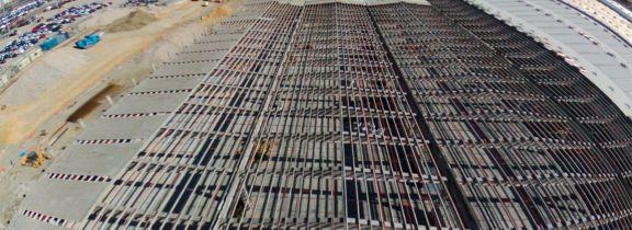 Trabajos de retirada de tejado de una nave en Pinto (Madrid)